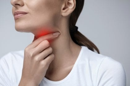 Mal di gola: come curarlo con i rimedi naturali, dall'infuso di salvia all'olio di eucalipto