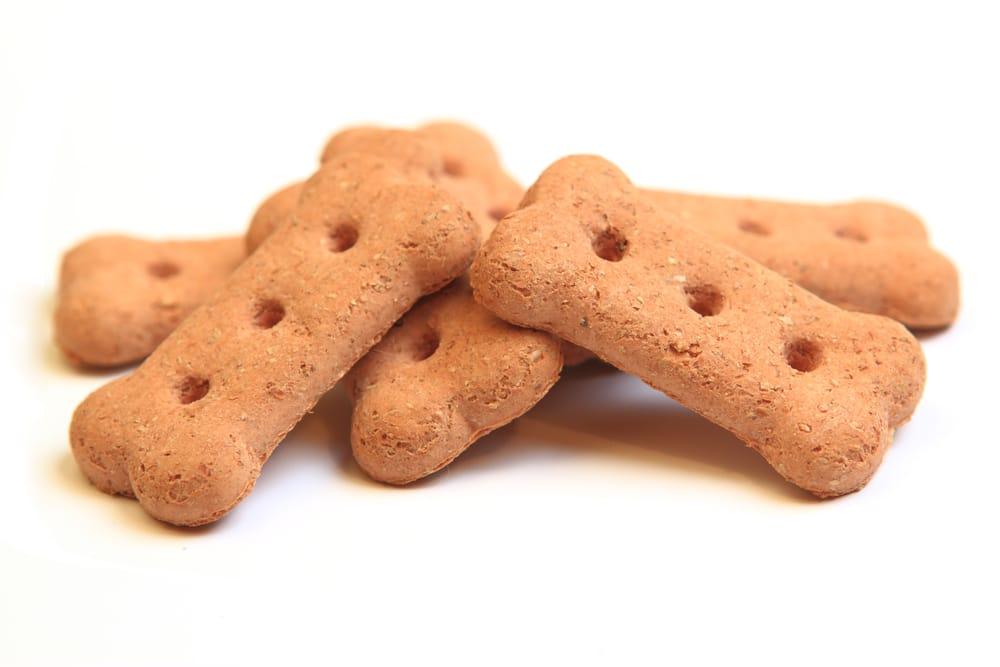 Biscotti per cani, la ricetta per farli in casa. Con una banana matura o con carne macinata