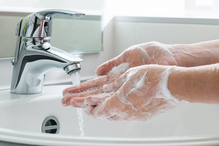 Come lavarsi bene le mani. Almeno 40-60 secondi e palmo contro palmo