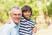 """Nonni """"in prestito"""": volontari come baby sitter per le famiglie più povere e bisognose"""
