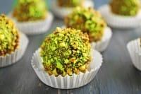 La ricetta dei bon bon al cioccolato ricoperti di granella di pistacchio