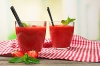 Cocktail di fragole e pomodori, la ricetta perfetta per un aperitivo in casa con gli amici