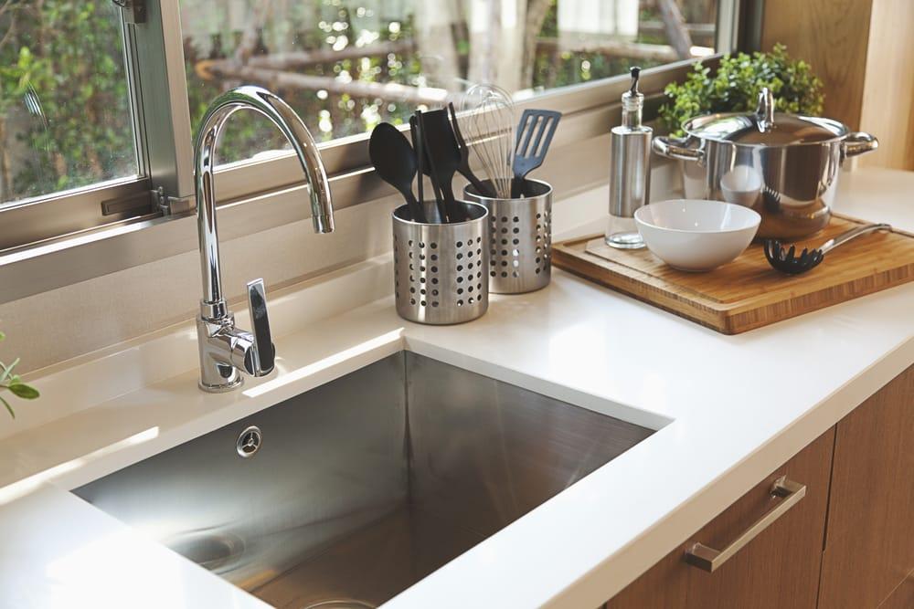 Come pulire il lavello della cucina non sprecare - Pulire piastrelle cucina ...