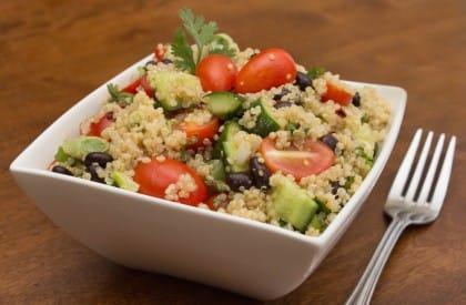 Insalata di quinoa rossa, un piatto fresco e leggero. Perfetto contro l'invecchiamento
