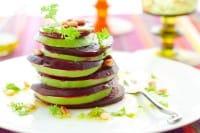 Torre di barbabietola e avocado: la ricetta vegan con i pinoli e la citronette