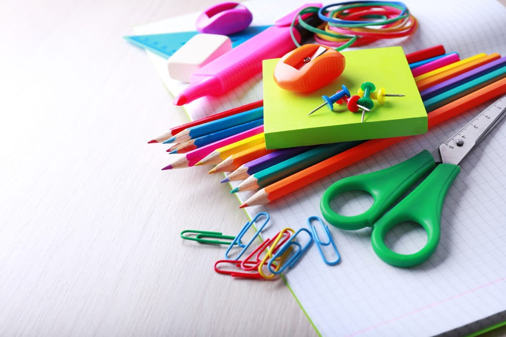 Come riciclare penne e matite che non usiamo. Possono diventare collane, portavasi e portalampade