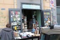 Libri gratis a Napoli, distribuiti da due librai che cercano di salvare uno scrigno di civiltà (Video)