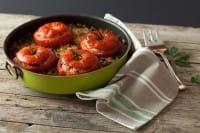 Antipasto con pomodori, una ricetta fantasiosa e nutriente, pronta in un quarto d'ora