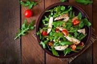 Insalata di pollo, la ricetta per farla in modo veloce e senza sprecare nulla