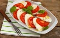 Insalata di pomodori e mozzarella, una ricetta estiva per mantenersi in forma e in salute