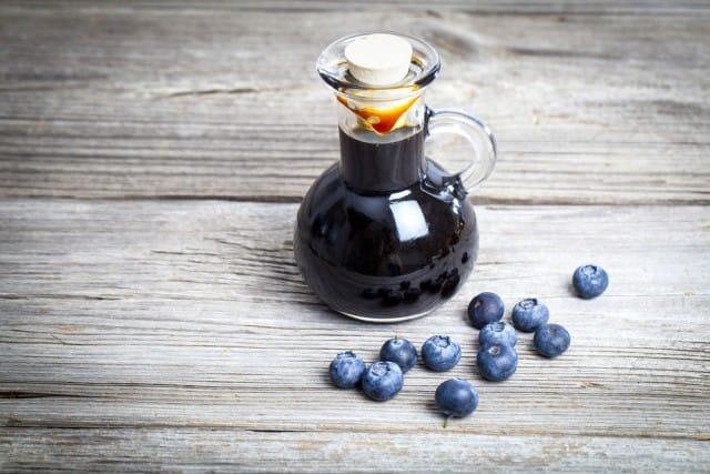 Sciroppo di mirtilli: la ricetta per prepararlo in casa. È perfetto per farcire torte e gelati