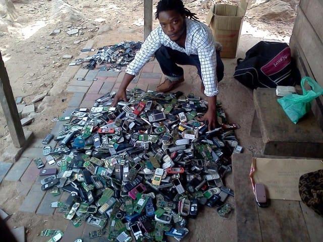 Closing the Loop, così gli olandesi trasformano i rifiuti di cellulari e svuotano le discariche in Africa