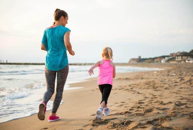 ginnastica-con-bambino-piccolo-esercizi-con-passeggino-corpo-libero (3)