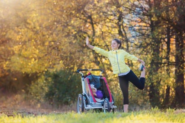 ginnastica-con-bambino-piccolo-esercizi-con-passeggino-corpo-libero (5)