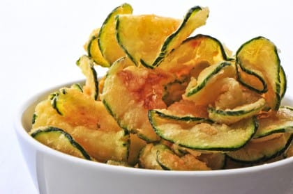 Chips di zucchine: la ricetta per preparare un aperitivo o un contorno estivo croccante e gustoso