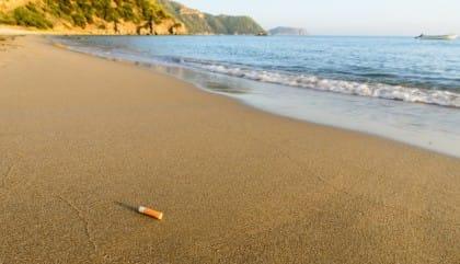 Spiagge inquinate dai mozziconi di sigarette: siete pronti a non gettare cicche nella sabbia?