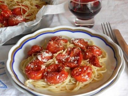 Spaghetti al cartoccio con pomodorini grigliati, la ricetta che recupera la pasta avanzata