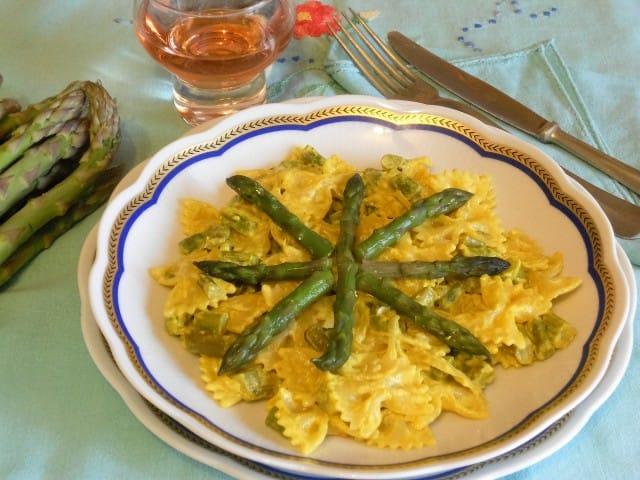 Farfalle con panna, asparagi e curcuma, la ricetta di un piatto gustoso e salutare