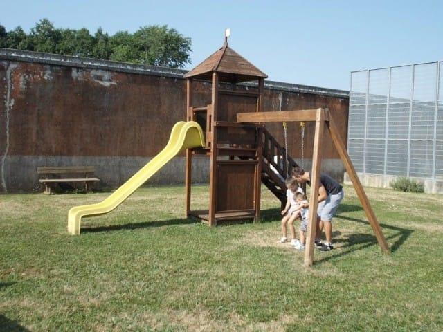 Altalene nel carcere di Treviso per permettere ai detenuti di giocare con i figli