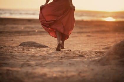 Camminare a piedi scalzi: tutti i benefici e i vantaggi per la salute del corpo e della mente