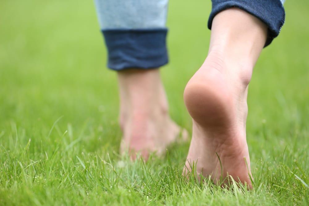 camminare a piedi scalzi tutti i benefici per la salute