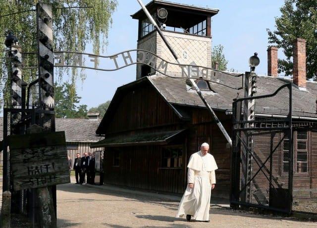 Comunicare con il silenzio, la lezione di Papa Francesco ai parolai del nulla