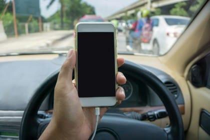 Allarme smartphone: aumentano gli incidenti. I rischi di un uso eccessivo ed errato