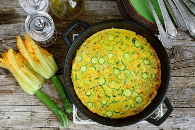 Frittata con fiori di zucca, la ricetta per un piatto colorato, nutriente e sano