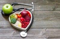 Colesterolo alto, come ridurlo senza medicinali. Con la dieta giusta, e qualche passeggiata