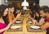 Ristoranti senza cellulare, qui si mangia con lo sconto se rinunci al telefonino