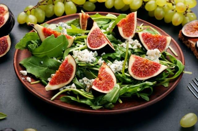 La ricetta dell'insalata con fichi e feta, un contorno originale, ricco di proprietà benefiche