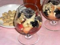 Macedonia di pesche e more con granella di mandorle, un dessert ricco di proprietà benefiche