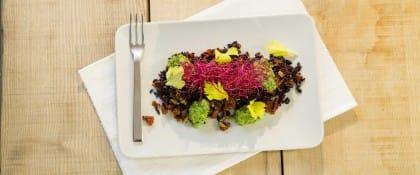 Risotto con pomodori secchi, erbe aromatiche e olive, un piatto colorato e gustoso (Video)