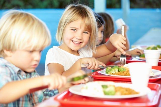 Mense scolastiche, aumentano sprechi e sporcizia. E diminuisce la sicurezza