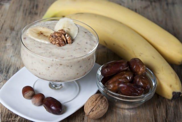 Frullato alla banana con noci e cannella, una ricetta energetica perfetta per chi fa sport