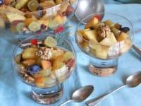 Macedonia di frutta con le noci, la ricetta di un dessert sano e gustoso, perfetto anche a colazione