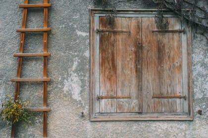 Riciclo creativo: come arredare casa, in modo originale e low cost, con una vecchia scala di legno