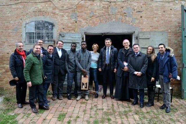 Fattoria didattica solidale, a Ozzano i rifugiati mungono il latte e aiutano la comunità