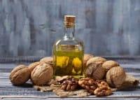Olio di noci: tutti gli effetti benefici per la salute e le indicazioni su come utilizzarlo in cucina