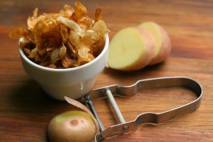 Bucce di patate fritte, una sfiziosa ricetta antispreco per un aperitivo fai da te ricco di gusto