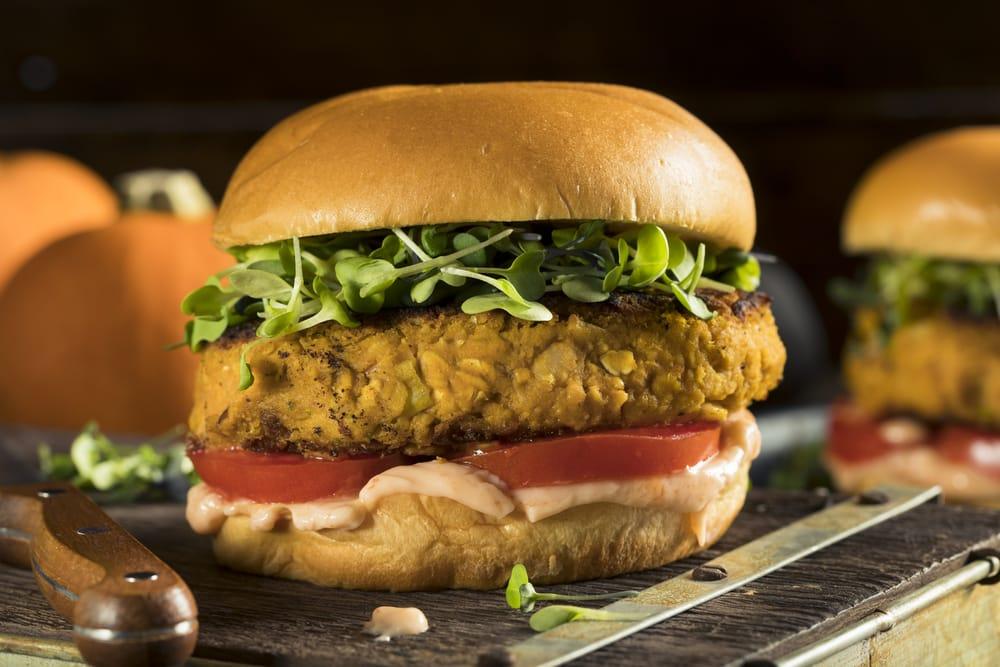 Burger vegani, la ricetta per prepararli partendo dagli scarti delle verdure