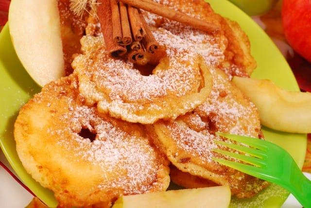 Frittelle di bucce di mela, la ricetta per trasformare gli scarti in un gustoso snack