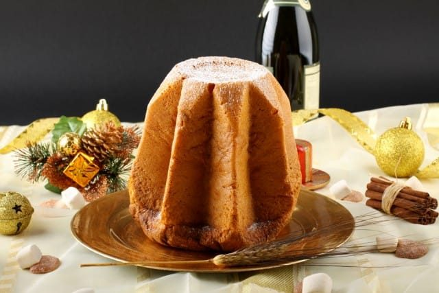 Pandoro fatto in casa, la ricetta tradizionale del dolce soffice e profumato simbolo del Natale