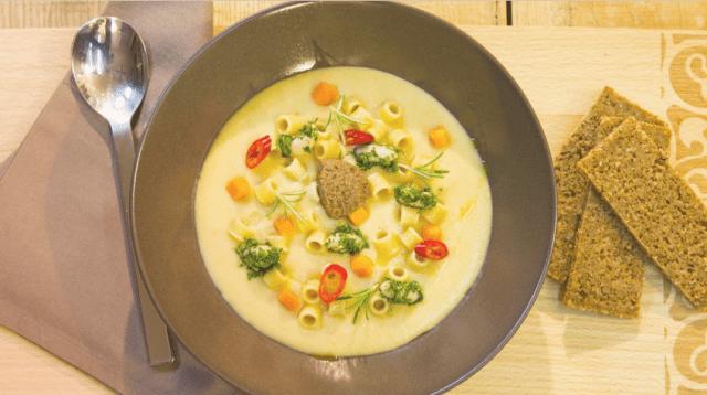 Pasta e fagioli con paté di olive nere, un piatto sano e nutriente perfetto per mantenersi in salute