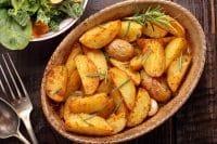 Patate al forno, la ricetta di un piatto a cui è impossibile resistere. Anche nella versione farcita (foto)