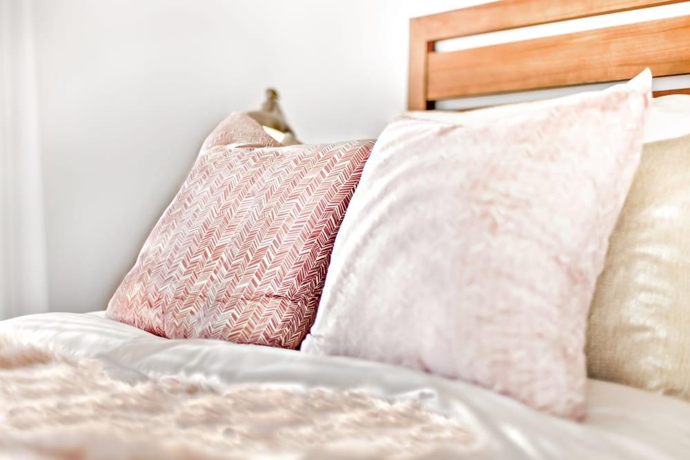 Cuscini in legno, i 6 vantaggi per il sonno di un'antica tradizione che parte dal pino