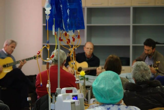 """Donatori di musica: la """"cura delle note"""" per portare sollievo ai malati di cancro e farli sentirsi meno soli"""