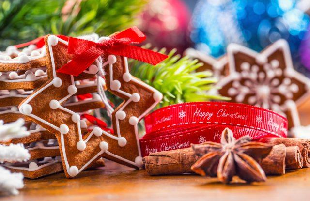 Biscotti di Natale a forma di stella, la ricetta che si trasforma in una decorazione per l'albero