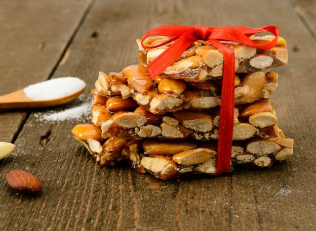 Croccante alle mandorle: la ricetta da decorare con perline di zucchero o frutta secca