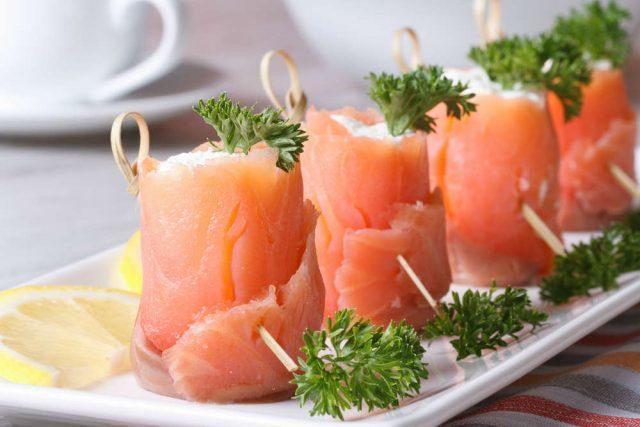 Involtini di salmone: la ricetta di un antipasto delizioso, ricco di Omega3 e altre proprietà importanti